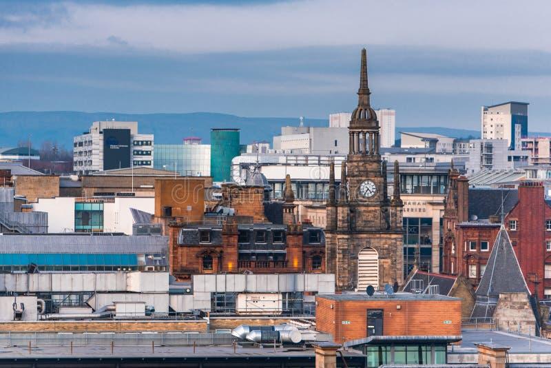 Een mening van de gemengde architectuur van oude en nieuwe gebouwen in de stad van Glasgow, met de Klokketoren in mening Schotlan royalty-vrije stock foto