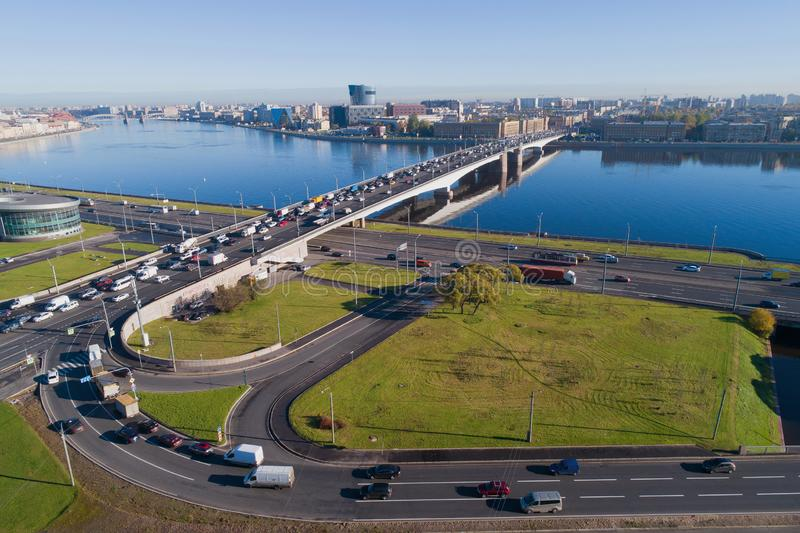 Een mening van de hoogte van Alexander Nevsky Bridge Heilige-Petersburg, Rusland stock afbeeldingen