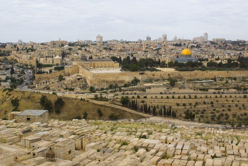 Een mening van de Islamitische Koepel van de Rotsmoskee van het oude die Onderstel van Olijven aan het Oosten van de oude stad va stock foto