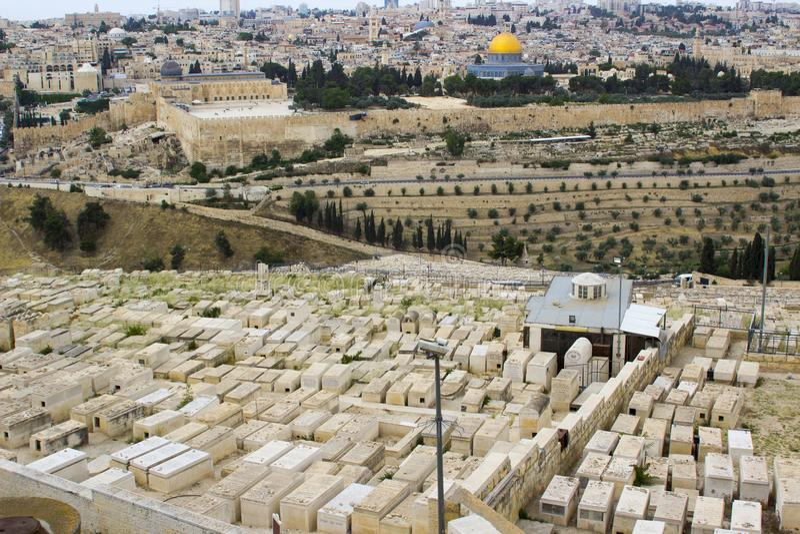 Een mening van de Islamitische Koepel van de Rotsmoskee van het oude die Onderstel van Olijven aan het Oosten van de oude stad va stock foto's