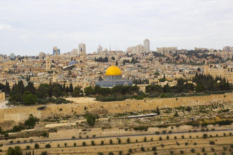 Een mening van de Islamitische Koepel van de Rotsmoskee van het oude die Onderstel van Olijven aan het Oosten van de oude stad va stock afbeeldingen