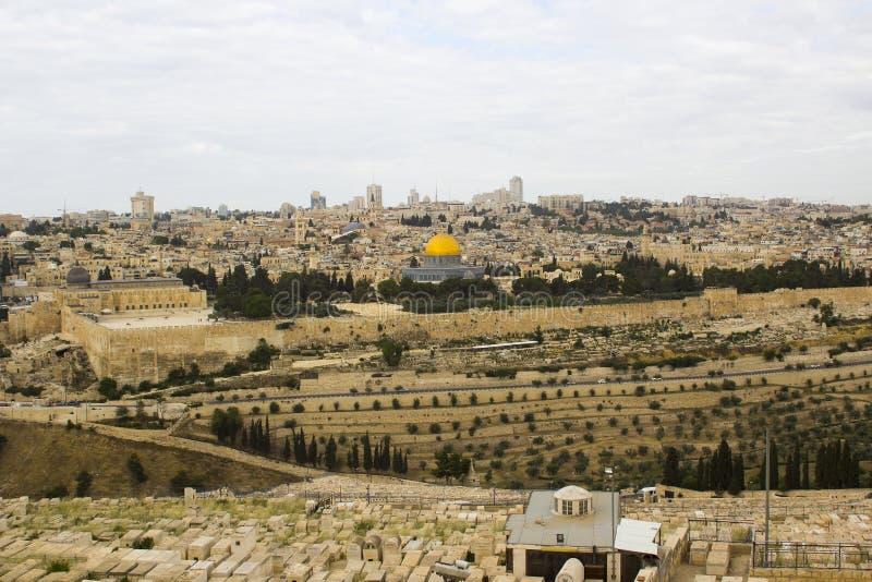Een mening van de Islamitische Koepel van de Rotsmoskee van het oude die Onderstel van Olijven aan het Oosten van de oude stad va royalty-vrije stock foto