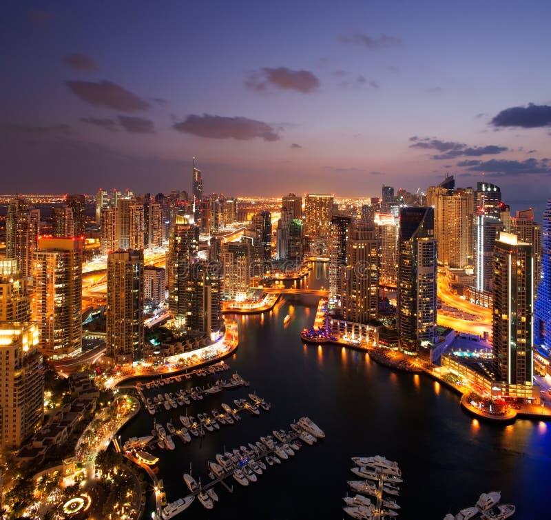 Een mening van de Jachthaven van Doubai, bij Schemer die, ook JBH toont royalty-vrije stock foto