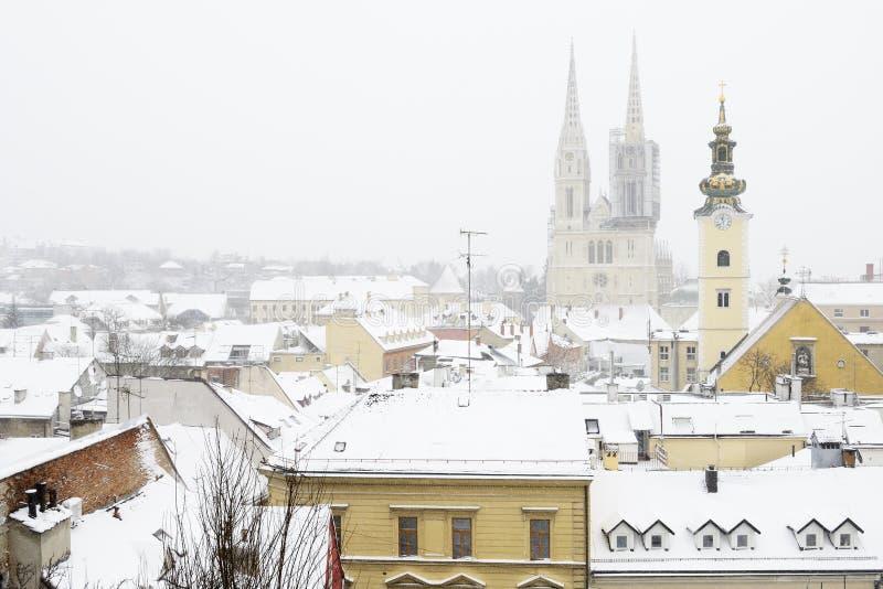 Een mening van de kathedraal van Zagreb, Kroatië, en binnen behandelde daken stock foto's