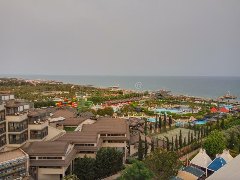 Een mening van de kustlijn van hotel op donkere overzees stock afbeeldingen