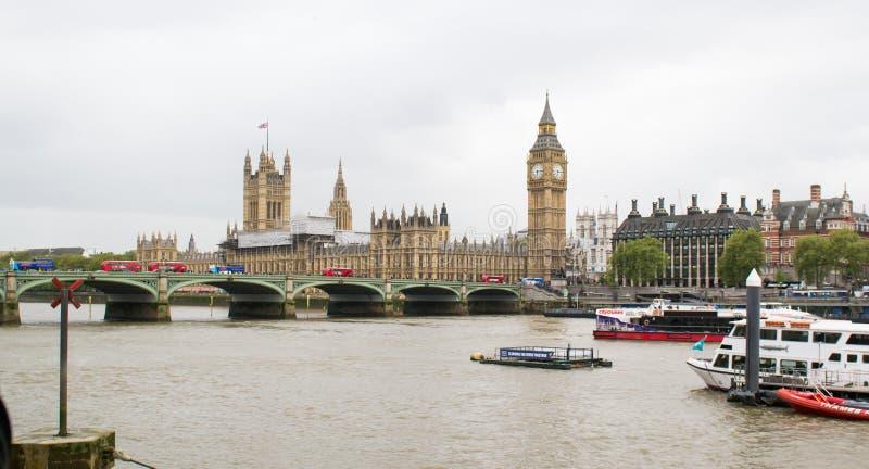 Een mening van de rivier, Big Ben en het Paleis van Theems van Westminster stock fotografie