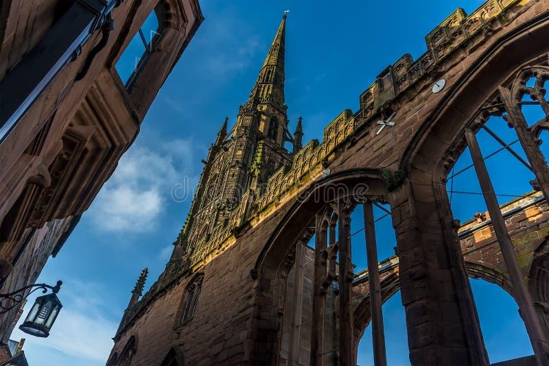 Een mening van de ruïnes van St Michaels Cathedral in Coventry, het UK royalty-vrije stock foto