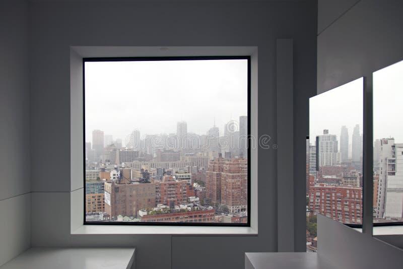 Een mening van de Stadshorizon van New York van een venster en een bezinning over de spiegel royalty-vrije stock foto