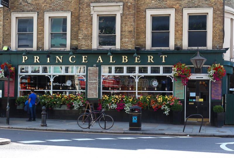 Een mening van de voorgevel van de traditionele Engelse barprins Albert in Notting-Heuvel, Londen, het Verenigd Koninkrijk royalty-vrije stock fotografie
