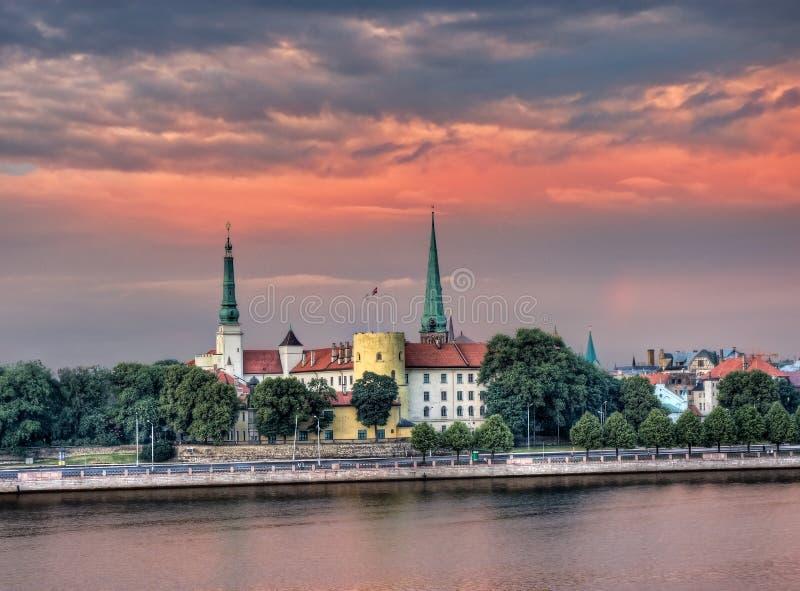 Een mening van de voorzitterswoonplaats van Letland in Riga tegen borrel stock afbeeldingen