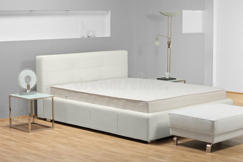 Een mening van een bed in een slaapkamer stock fotografie