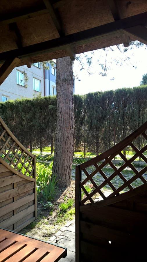 Een mening van het de zomerhuis op een tuin, boom, open poort royalty-vrije stock foto