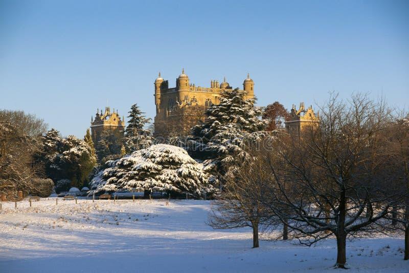 Een mening van het Elizabethaanse Wollaton-Zaalmuseum en de tuinen in de sneeuw in de winter in Nottingham, Nottinghamshire gever royalty-vrije stock foto's