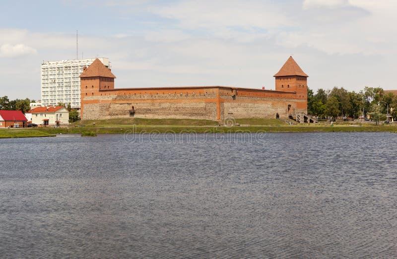 Een mening van het Gediminas-Kasteel van het meer lida wit-rusland royalty-vrije stock afbeelding