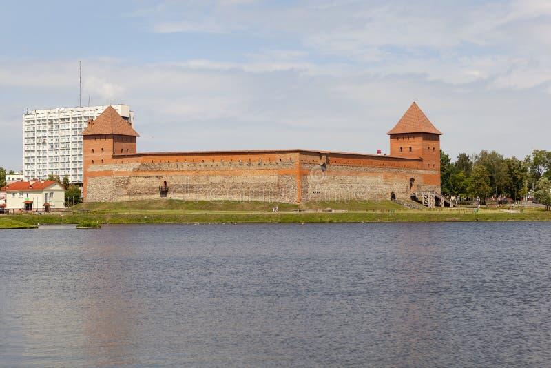 Een mening van het Gediminas-Kasteel van het meer lida wit-rusland royalty-vrije stock foto's