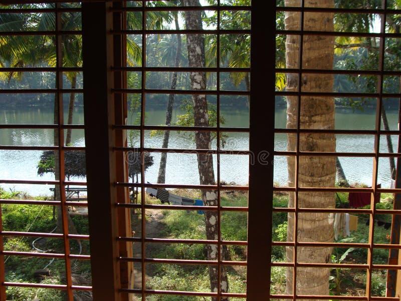 Een mening van het huis door de rivier royalty-vrije stock foto's