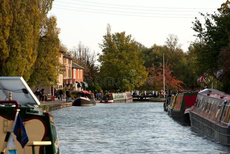 Een mening van het kanaal in Stoke Bruerne, Northamptonshire royalty-vrije stock afbeeldingen