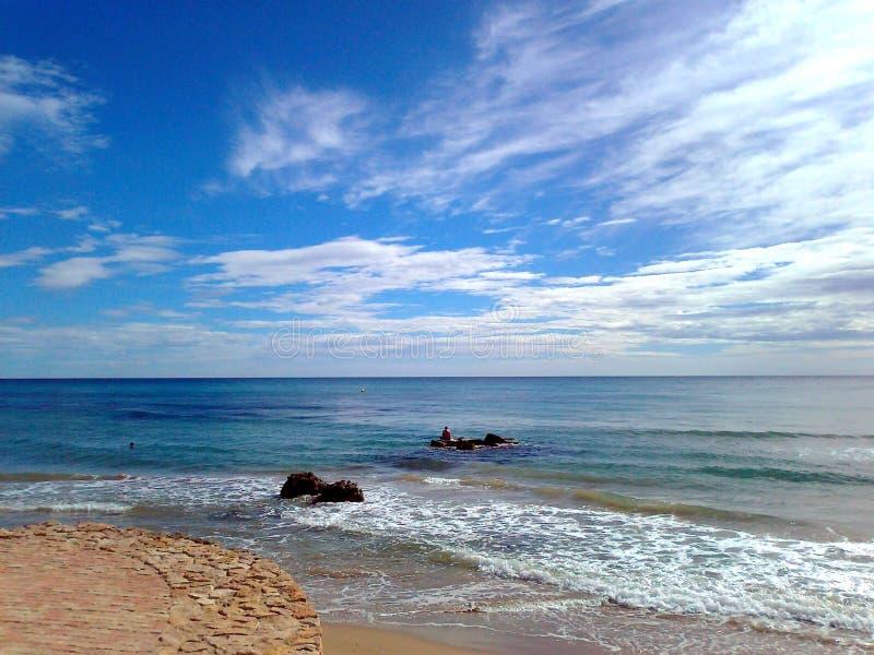 Download Een Mening Van Het Overzees En De Intense Blauwe Hemel Bij Toorrevieja-strand In Alicante, Spanje Stock Foto - Afbeelding bestaande uit spanje, mening: 114226102