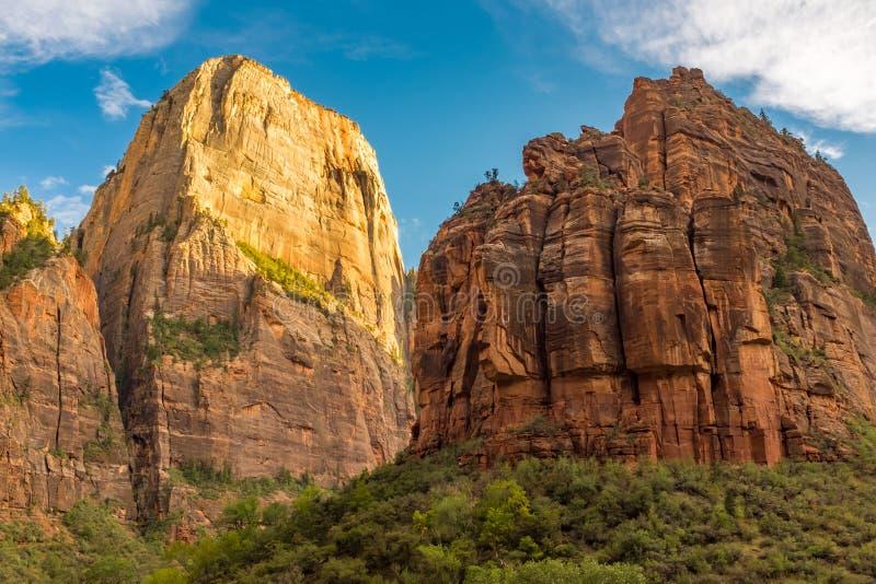 Een mening van het verbazende Landen van de Engel van de canionvloer in Zion National Park, de V.S. tegen een mooie heldere blauw stock foto's
