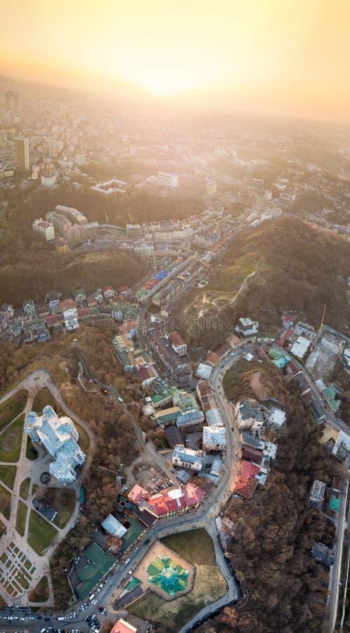 Een mening van het vogel` s oog, luchtmening die van hommel van het Podol-district schieten, oudste historisch centrum van Kiev,  stock afbeeldingen
