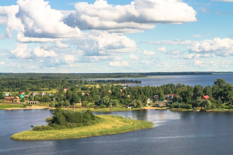 Een mening van het vogel` s oog van het kustdorp Lyapino op het meer Seliger, Tver-gebied stock fotografie