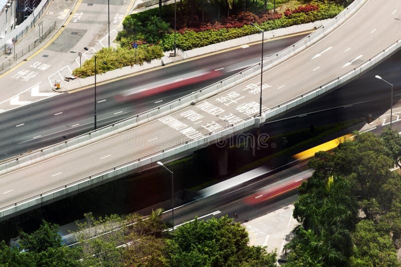 Een mening van het vogeloog van een opgeheven weg en auto's in motie in de stad van Hong Kong, China royalty-vrije stock fotografie