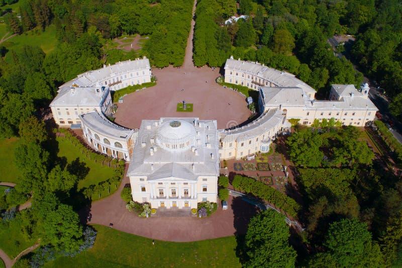 Een mening van hierboven van het Pavlovsk Paleis, zonnige Mei-middag luchtfotografie royalty-vrije stock foto