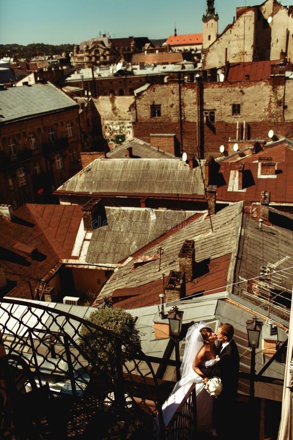Een mening van hierboven over het huwelijkspaar die zich op een oud dak bevinden stock foto's