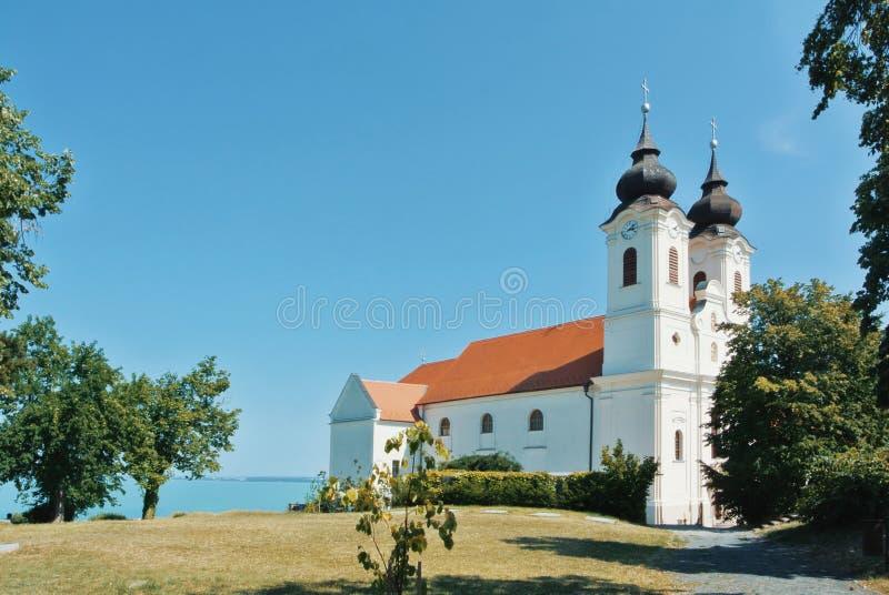 Een mening van historisch Benedictineklooster van Tihany op de heuvel stock afbeelding