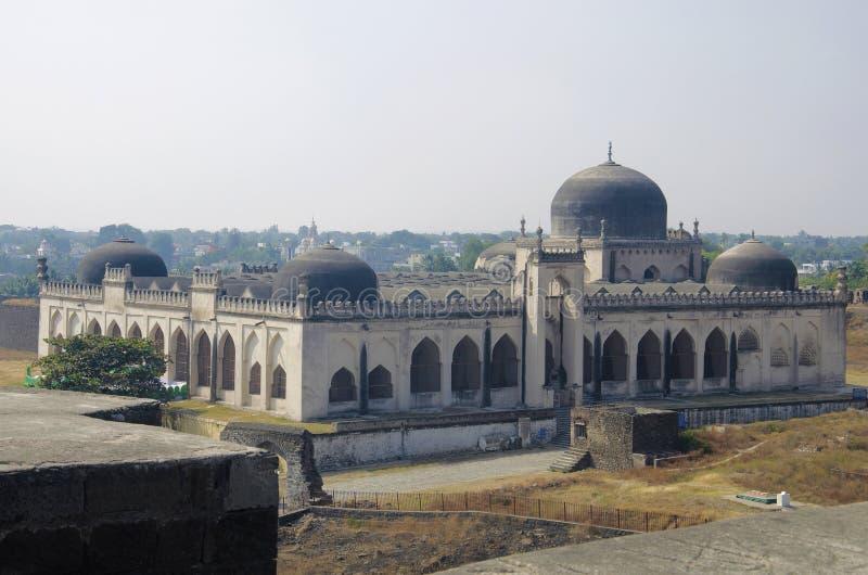 Een mening van Jamia Mosque in het Gulbarga-fort, Gulbarga, Karnataka wordt gesitueerd die royalty-vrije stock fotografie