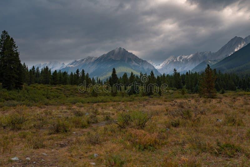 Een mening van Johnson Canyon dicht bij de Inktpotten in het Nationale Park van Banff met de Canadese Rotsachtige Bergen op de ac royalty-vrije stock foto