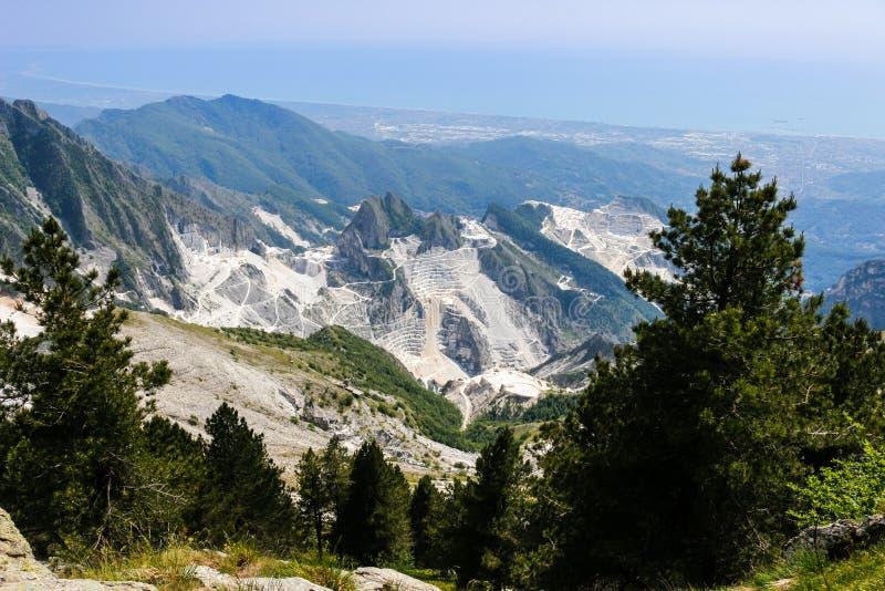 Een mening van marmeren steengroeve in Carrara royalty-vrije stock foto