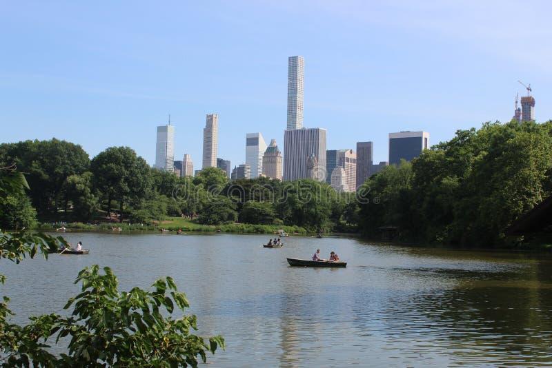 Een mening van New York van het Meer in Central Park stock afbeelding