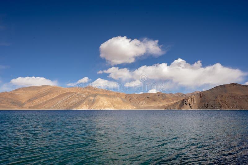 Een mening van Pangong-Meer in Ladakh Het Pangongmeer of Pangong Tso het zijn één van de hoogste het zoutwatermeren van de wereld stock fotografie