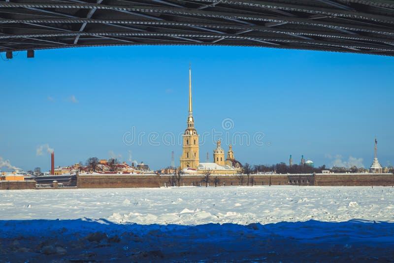 Een mening van Peter en Paul Fortress van onder de Paleisbrug in St. Petersburg royalty-vrije stock fotografie