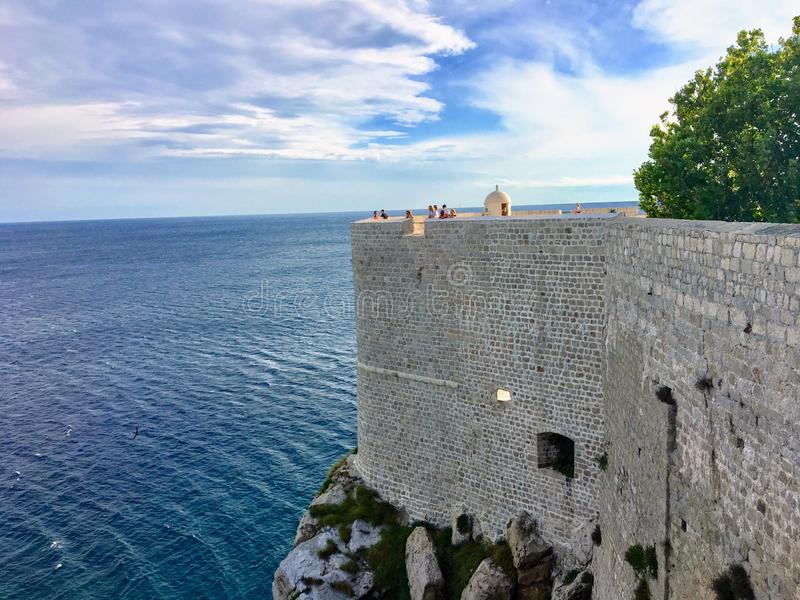 Een mening van een sectie muren die van Dubrovnik naar buiten aan het Adriatische Overzees onder ogen zien De mensen bevinden zic royalty-vrije stock fotografie