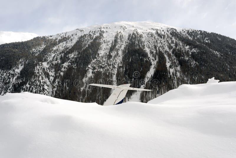 Een mening van een staart van privé straal en sneeuwbergen in de alpen Zwitserland in de winter stock afbeelding