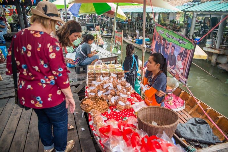 Een mening van Talingchan-het Drijven Markt in Bangkok, Thailand stock foto