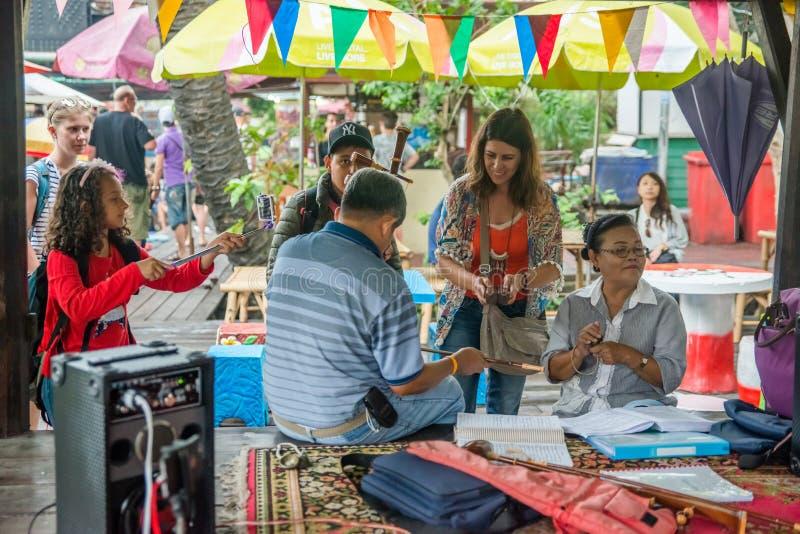 Een mening van Talingchan-het Drijven Markt in Bangkok, Thailand royalty-vrije stock afbeelding