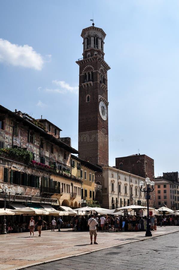 Een mening van toeristen in Piazza delle Erbe en Torre-dei Lamberti hierboven stock afbeeldingen