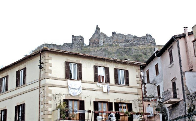 Een mening van Trevignano-Romano met het achtergrondkasteel stock foto