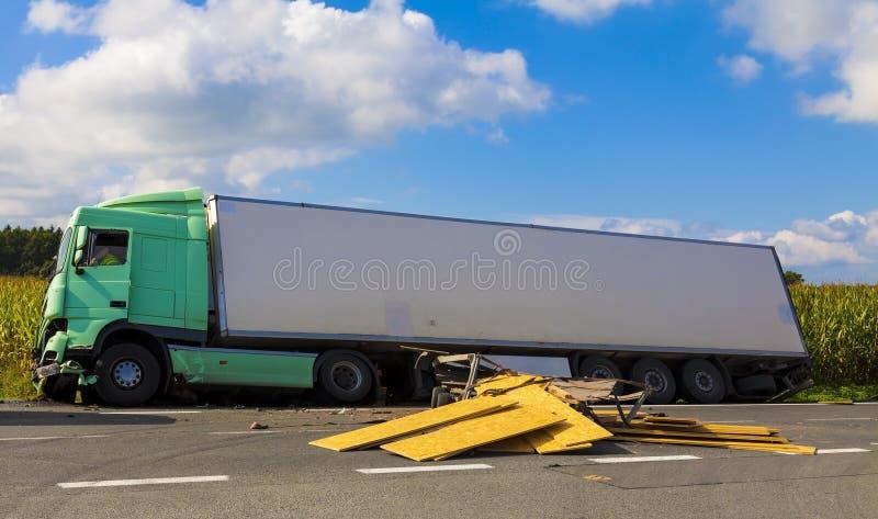 Een mening van vrachtwagen op een weg in een ongeval stock afbeeldingen