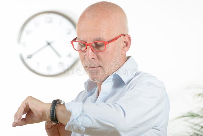 Een mens bekijkt zijn horloge royalty-vrije stock fotografie