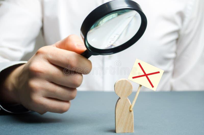 Een mens bestudeert een protesteerder door een vergrootglas Cijfer van een mens met een protestaffiche studie van protesten en ac stock afbeeldingen