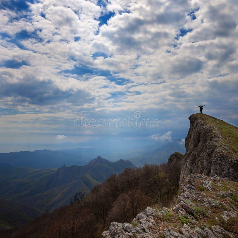 Een mens bevindt zich op een rots stock fotografie