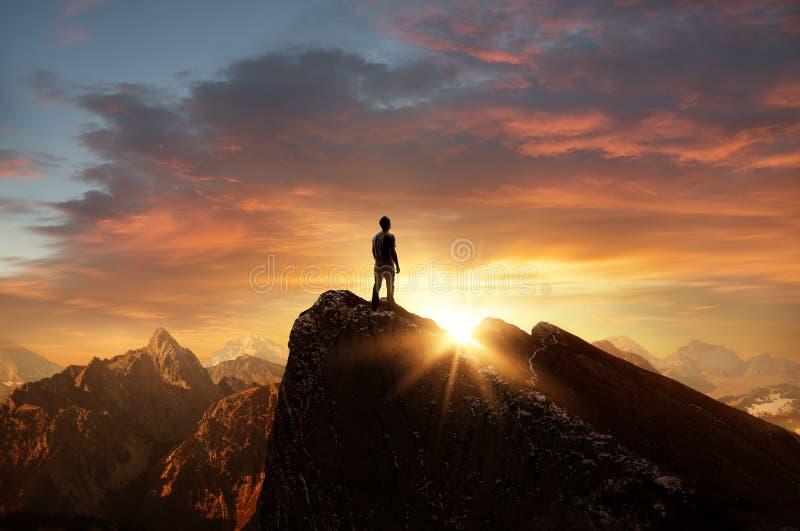 Een mens bovenop een berg stock foto