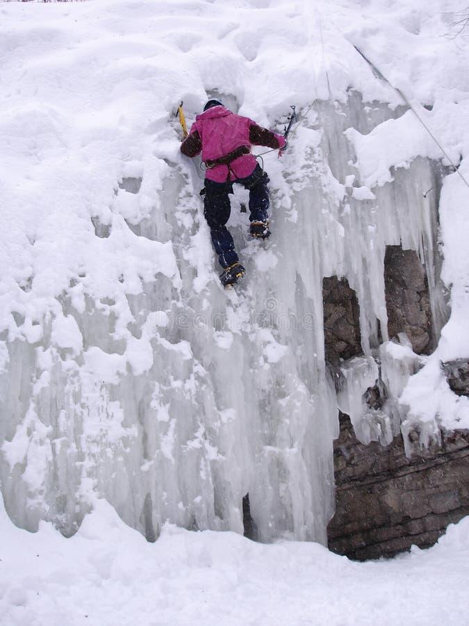 Een mens in de winterijs het beklimmen royalty-vrije stock foto