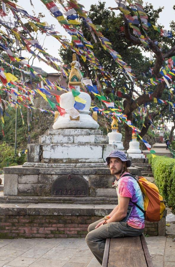 Een mens dichtbij Boeddhistische stupa - Toerist stock fotografie