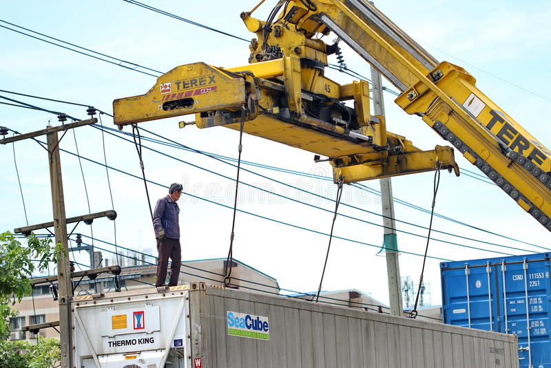 Een mens die aan de haven van de ladingscontainer werken stock foto's