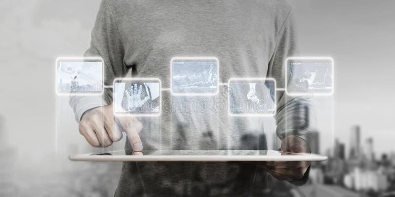 Een mens die aan digitale tablet, de bedrijfsinnovatietechnologie werken van verschillende media stock fotografie